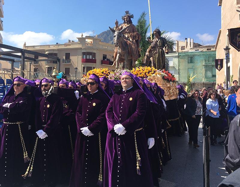 miles-ciezanos-echan-calles-recibir-burrica-santo-cristo
