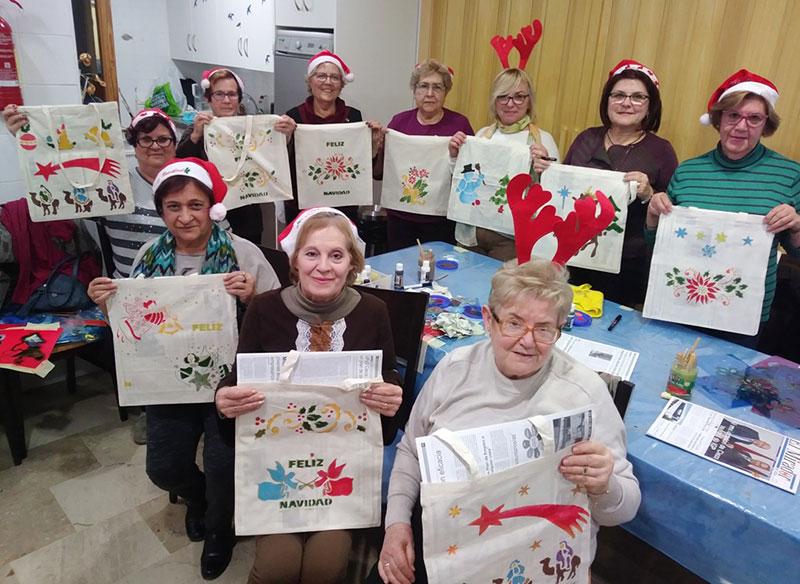 concejala-personas-mayores-clausura-primer-taller-pintura-navidena-bolsas-tela