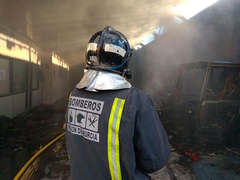 incendio-ocasiona-importantes-danos-nave-aguas-cieza-tres-barredoras