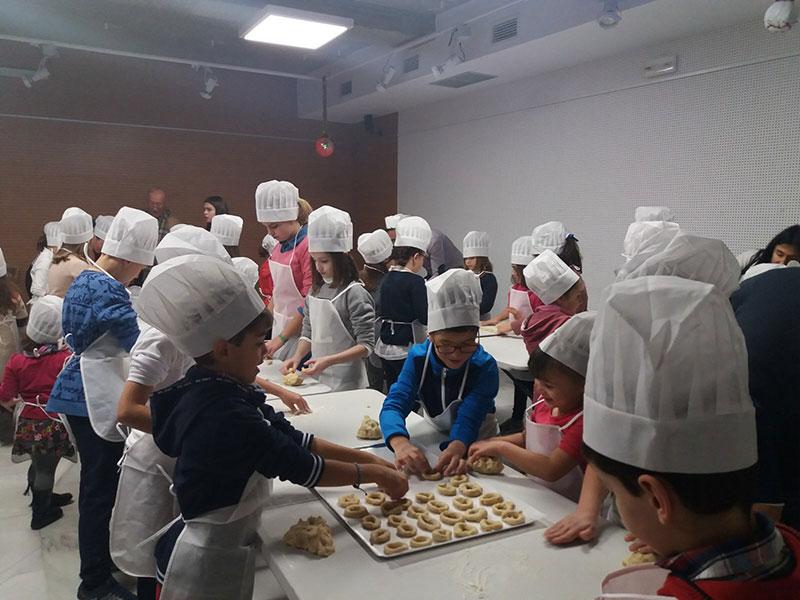 mas-centenar-ninos-preparan-dulces-navidenos-centro-folklore