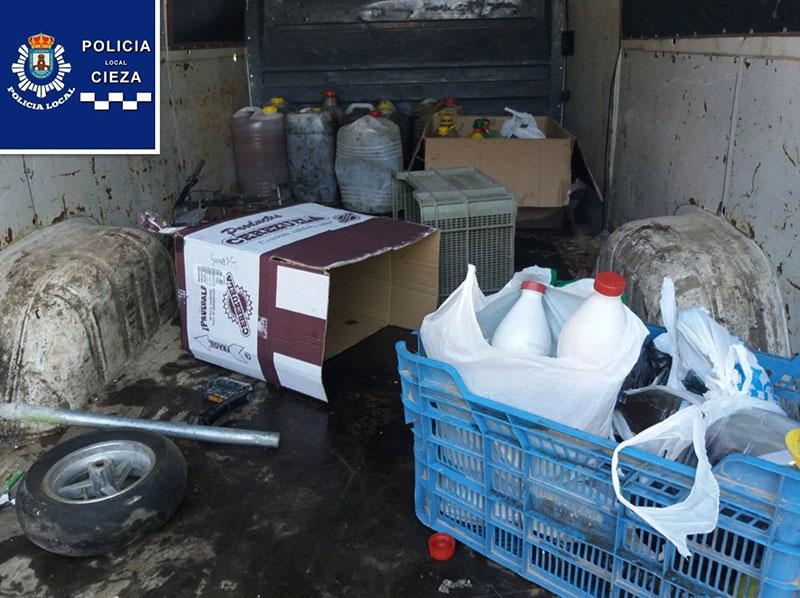 policia-local-sorprende-dos-individuos-robando-aceite-contenedores-reciclaje