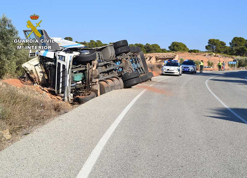 guardia-civil-trafico-cieza-detiene-conductor-quintuplicaba-tasa-alcoholemia-tras-volcar-camion