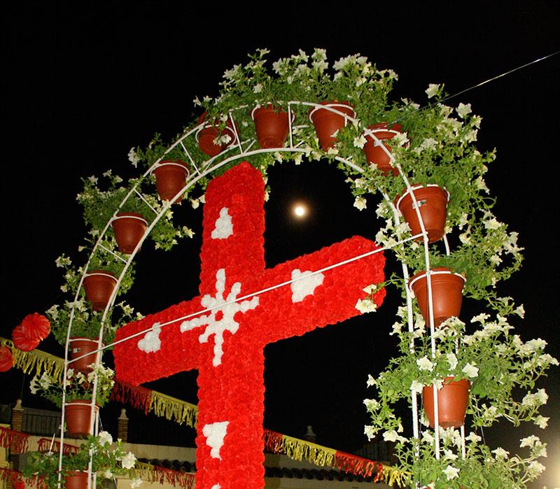 parroquia-san-joaquin-procesiona-santa-cruz-engalanada-flores