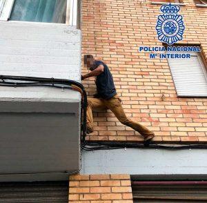 Encañona a la Policía y emprende la huida por los tejados