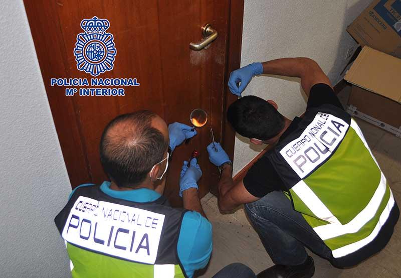 Se vuelven a detectar testigos plásticos en las puertas de las viviendas colocados por los cacos para robar durante las vacaciones