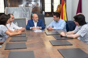 El Ayuntamiento recibe de la UPCT el estudio sobre la IGP del melocotón amarillo