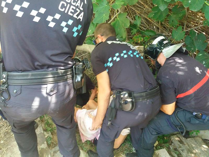 Rescatan a un hombre que había quedado atrapado en una acequia de Cieza