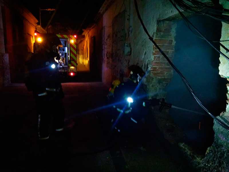 los-bomberos-de-cieza-extinguen-un-incendio-en-una-casa-abandonada-del-cabezo-de-la-fuensantilla