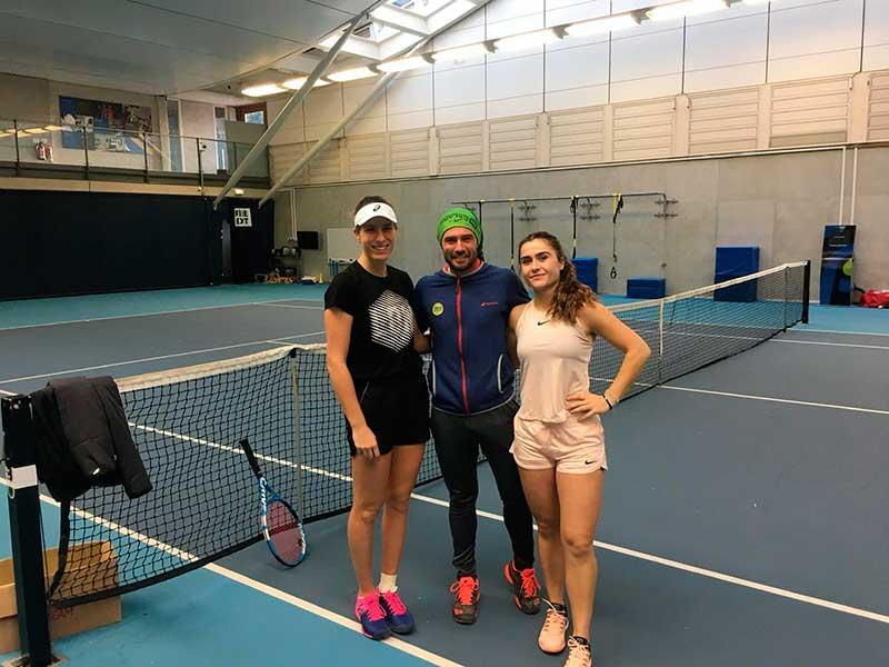 el-ciezano-juan-david-cano-entrena-a-una-jugadora-profesional-de-tenis
