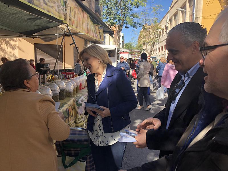 los-populares-solicitan-el-voto-a-pie-de-calle-en-el-mercado-semanal