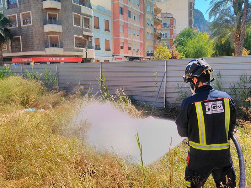 los-bomberos-de-cieza-sofocan-un-incendio-en-la-manzana-del-cocodrilo