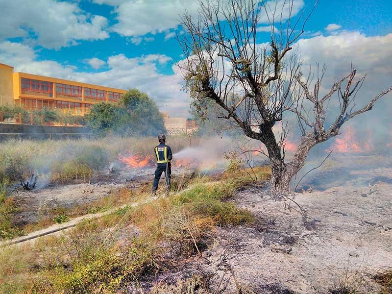 los-bomberos-sofocan-un-incendio-en-la-avenida-jose-rios-gil-y-evacuan-el-ambulatorio-de-ramon-y-cajal-por-contaminacion-de-gas-pimienta