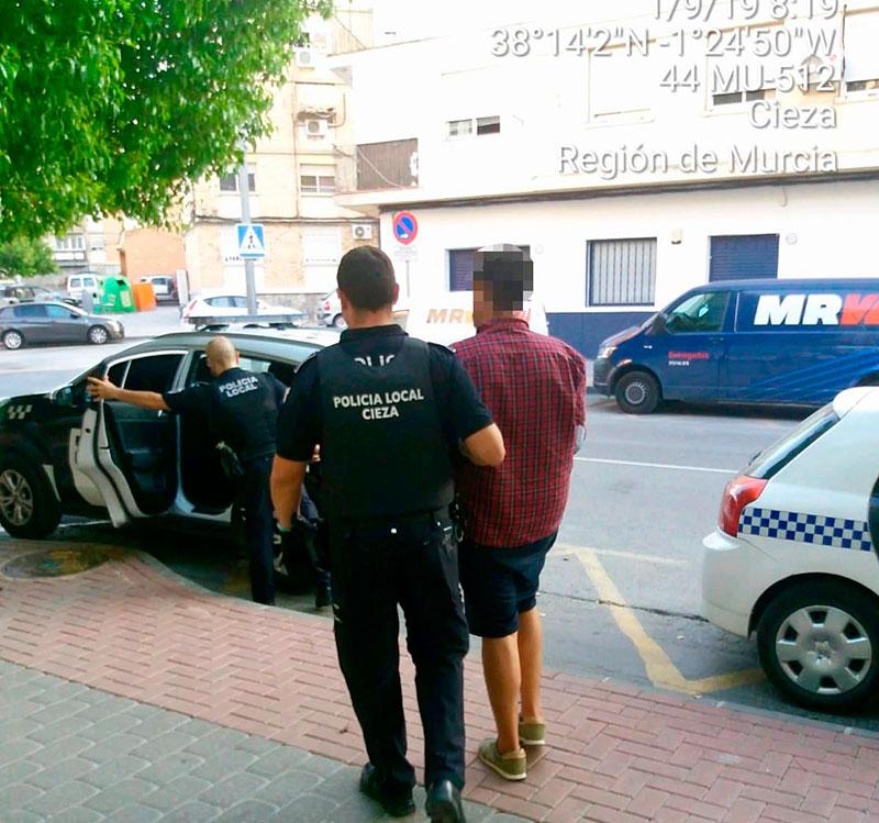 detenido-cieza-agredir-pareja-policia