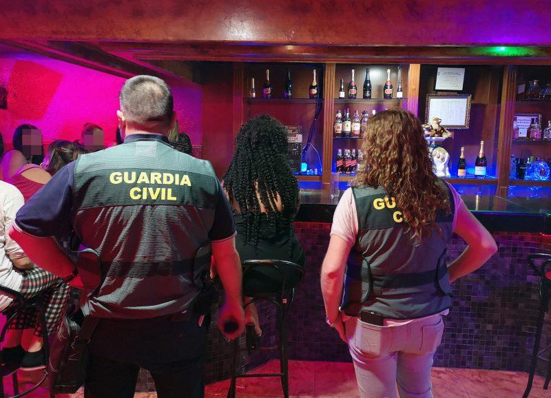 la-guardia-civil-en-el-marco-de-una-operacion-contra-la-trata-de-personas-desmantela-un-punto-de-venta-de-droga-en-un-club-de-blanca