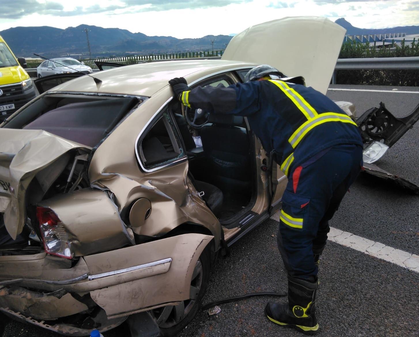los-bomberos-rescatan-a-una-mujer-que-habia-quedado-atrapada-tras-un-accidente-de-trafico-en-cieza