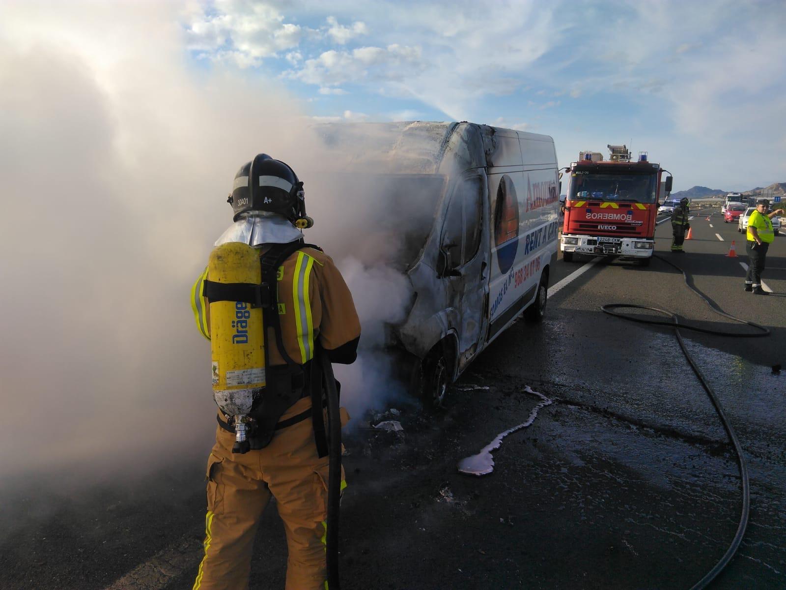 se-incendia-una-furgoneta-autovia-a-30-cieza
