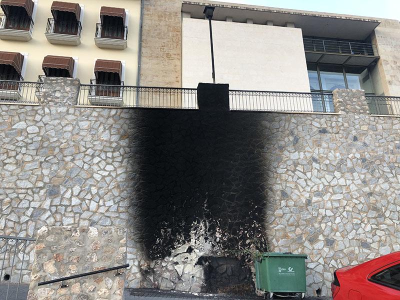los-vandalos-queman-un-contenedor-y-causan-destrozos-en-cieza